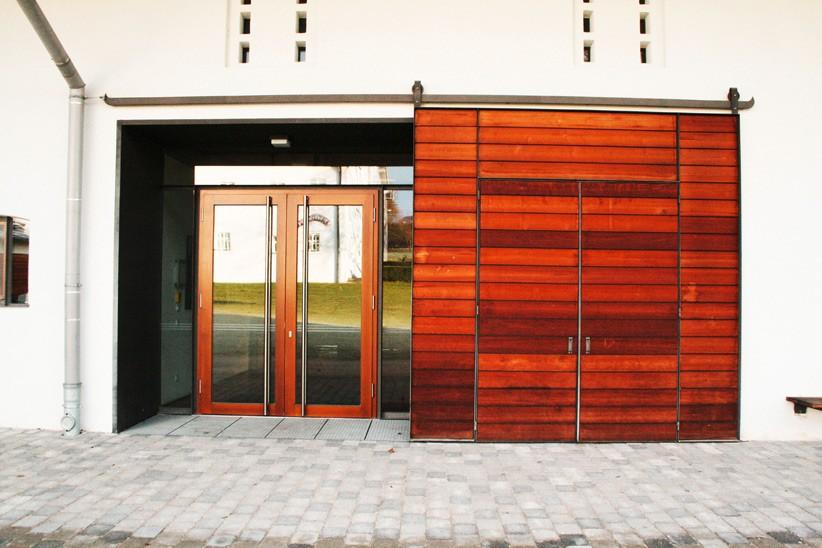 Eingang-mit-Holzverschalung-und-Eiseneinfassung
