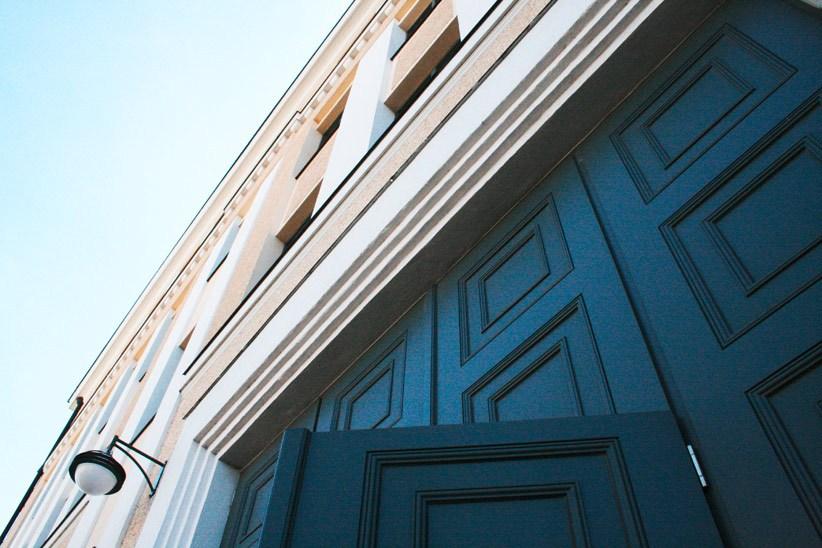 Eingangstor-aus-Holz-mit-4m-hoehe