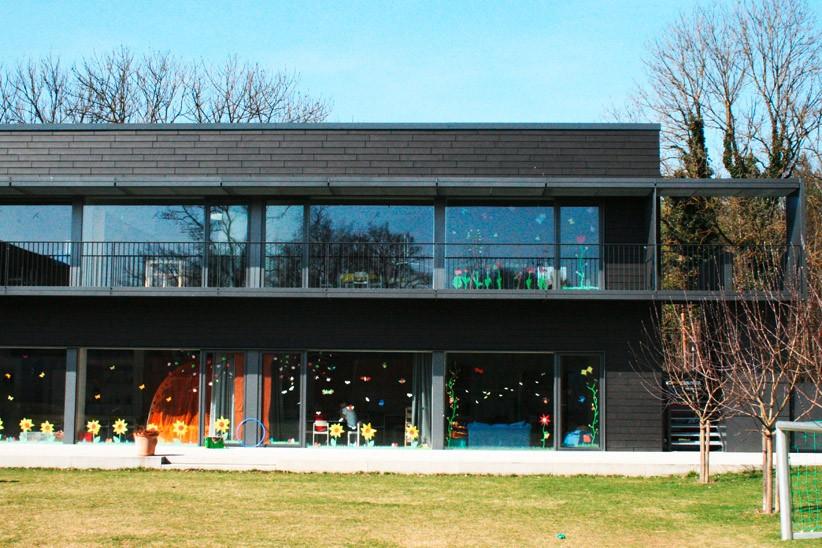Holz-alu-Fassade-mit-Steinvertaefelung