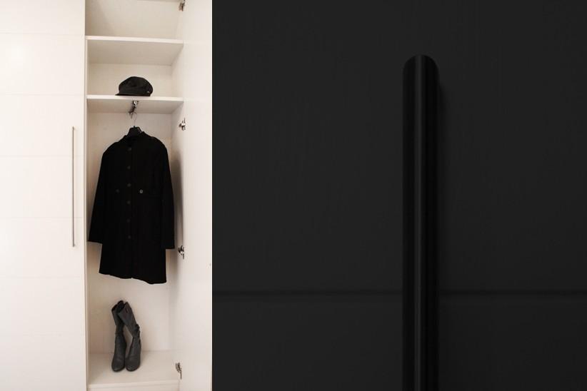 Kleiderstange-in-weiss-lackierterm-Garderobenschrank