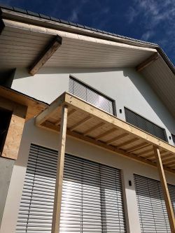 Balkon-Fichte-massiv-sichtbar-geschraubt